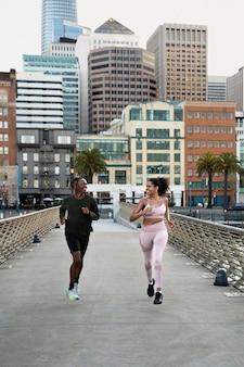 Gente de tiro completo corriendo al aire libre