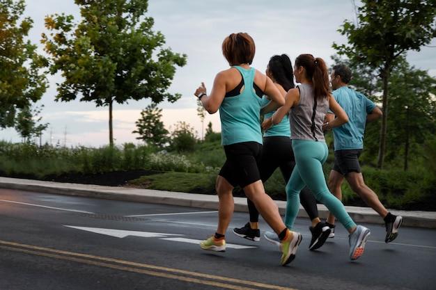 Gente de tiro completo corriendo juntos