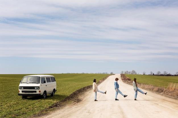 Gente de tiro completo divirtiéndose al aire libre