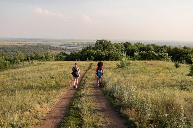 Gente de tiro largo caminando en la naturaleza