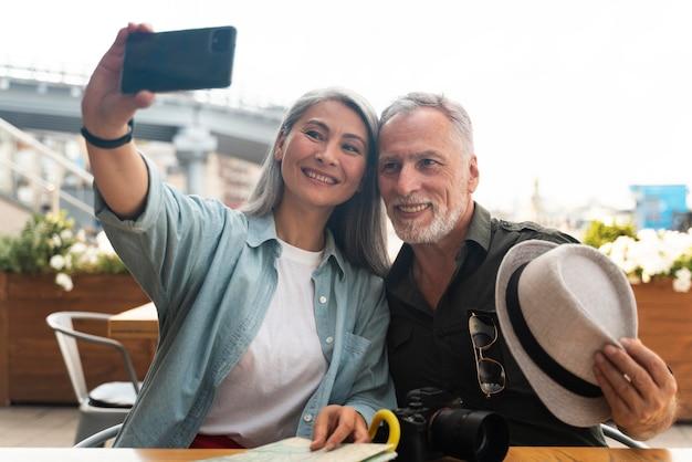 Gente de tiro medio tomando selfie