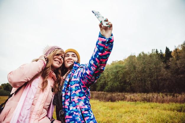 La gente toma un selfie