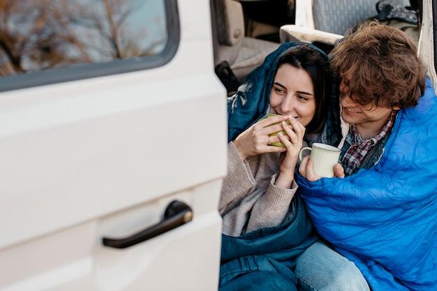 Gente tomando café desde su camioneta.