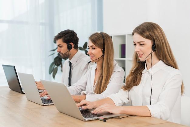 Gente trabajando en call center