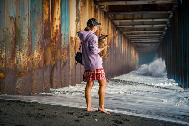 Gente en un túnel con agua, grandes olas.