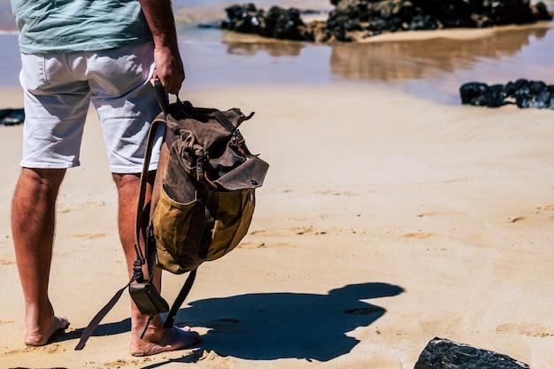 Gente de viaje con mochila en vacaciones de verano en el mar en la playa