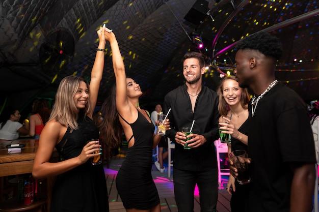 Gente de la vida nocturna divirtiéndose en bares y discotecas.