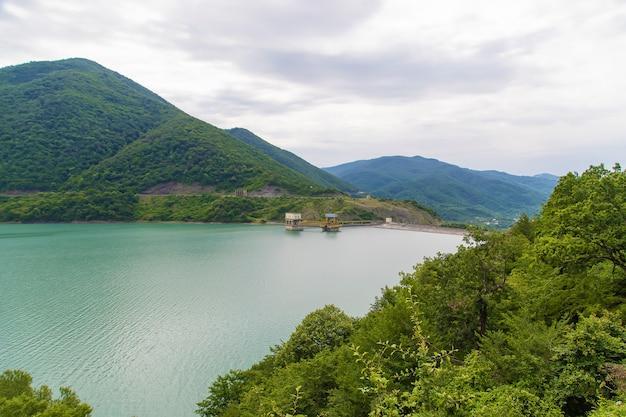 Georgia, tbilisi. gran embalse. lago en el guisante.