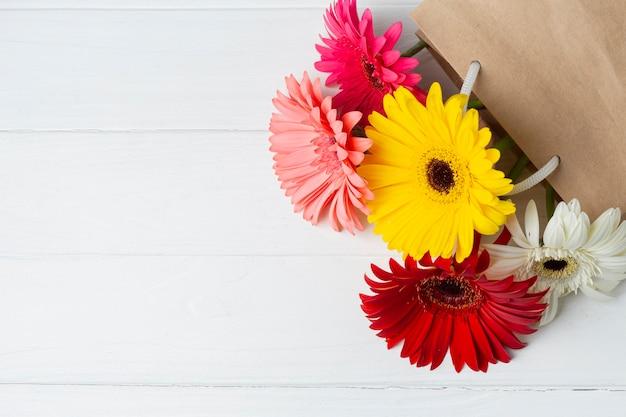 Gerbera flores en una bolsa de papel