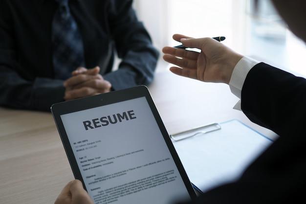 La gerencia entrevistó a los solicitantes abriendo el currículum desde el correo electrónico a través del teléfono inteligente.