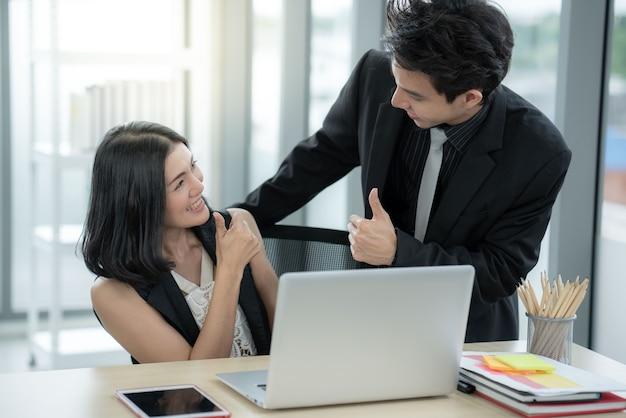 El gerente alentó la admiración de los trabajadores de oficina que pueden hacer el plan de trabajo de la empresa objetivo.