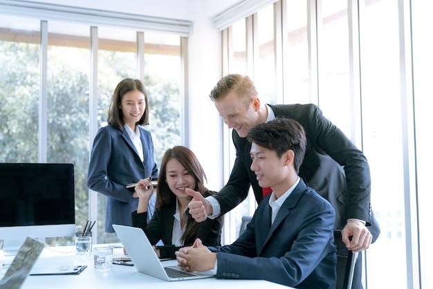 El gerente alentó a los trabajadores de la oficina de admiración que pueden hacer el plan de trabajo de la empresa objetivo