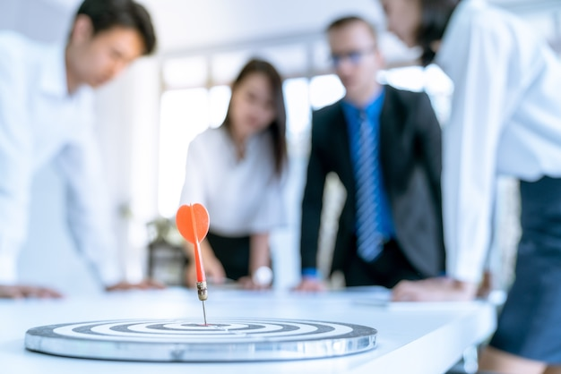 Gerente alienta a los trabajadores de oficina que pueden hacer el plan de trabajo de la empresa objetivo