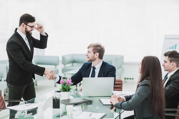 Gerente de apretón de manos y el cliente antes de firmar un contrato en th
