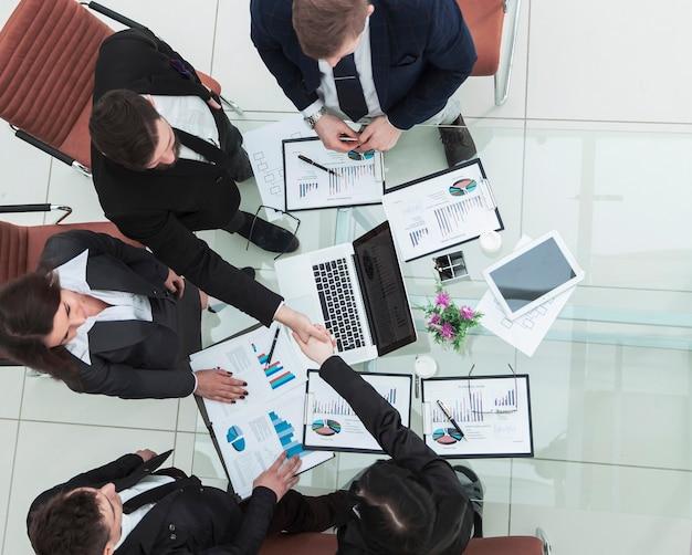 Gerente de apretón de manos y director de finanzas después de la aprobación del plan financiero de la empresa en el lugar de trabajo
