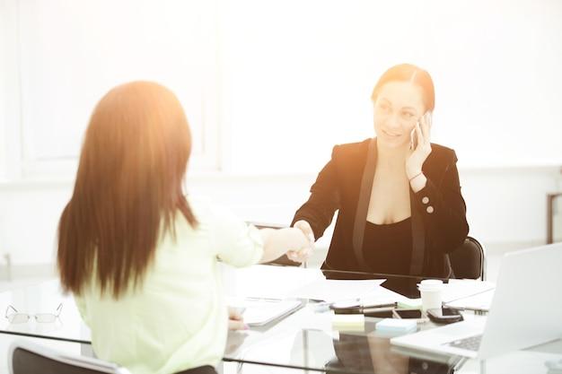 Gerente de apretón de manos y el poder de las mujeres del cliente en la foto de negocios con espacio de copia