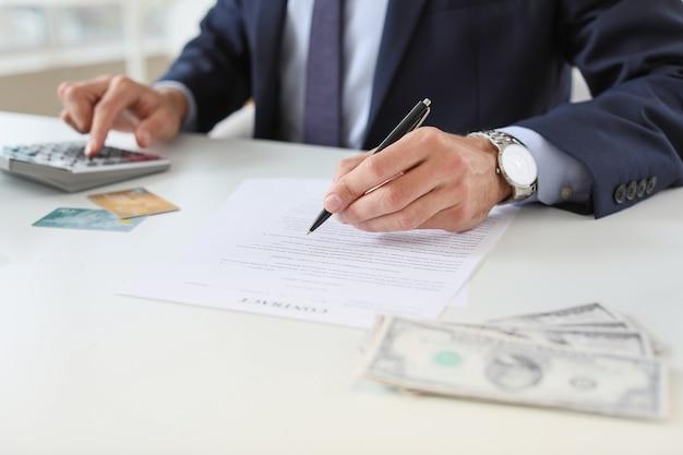 Gerente de banco masculino trabajando en office