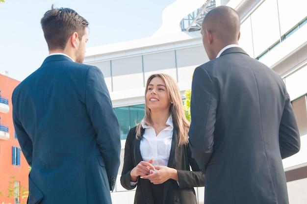 Gerente de bienes raíces discutiendo asuntos de propiedad