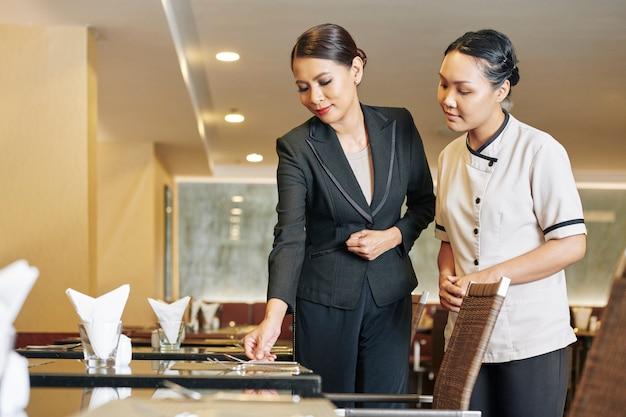 Gerente y camarera en el trabajo