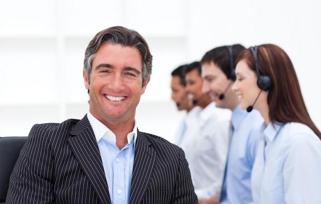 Gerente confidente que presenta un centro de llamadas