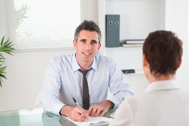 Gerente entrevistando a una mujer solicitante