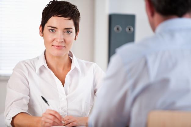 Gerente entrevistando a un solicitante masculino