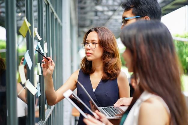 Gerente explicando algo a bordo para ajustar la estrategia del plan de la empresa