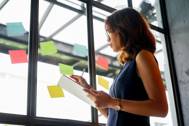 Gerente explicar y discutir con el empleado y el concepto de reunión