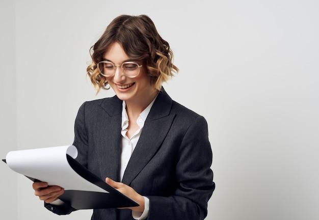 Gerente femenina documentos en mano trabajo profesional