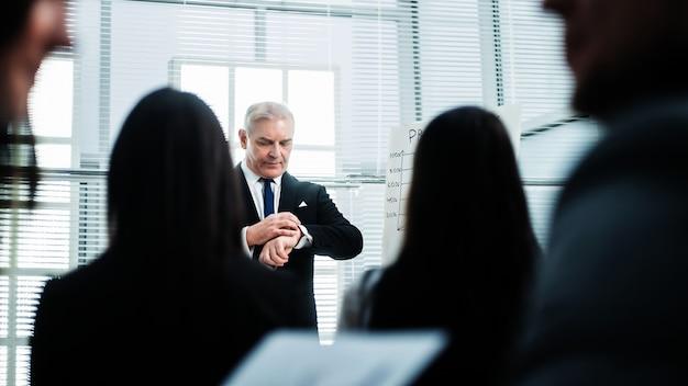 Gerente financiero realizando un informe en una reunión con el grupo de trabajo. negocios y educación