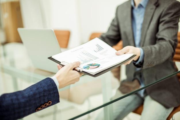 El gerente de finanzas toma el estado financiero del empleado