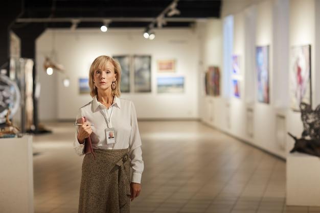 Gerente de galería de arte femenino