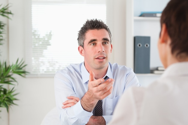 Gerente guapo hablando con un candidato