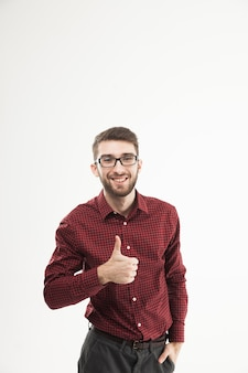 Gerente haciendo un gesto con la mano pulgar hacia arriba en el fondo blanco.