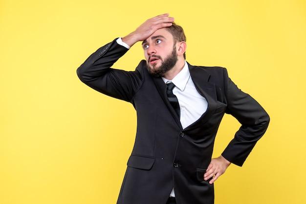 Gerente de hombre decepcionado al escuchar la noticia de que el precio de las acciones de la compañía ha caído
