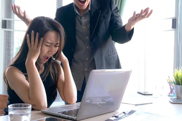 El gerente jefe de grandes jefes está furioso con la señora trabajadora