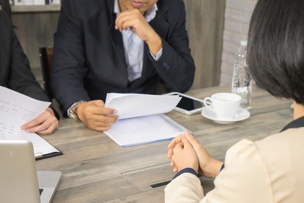 El gerente leyó el curriculum vitae y la aplicación de la revisión para el nuevo empleador