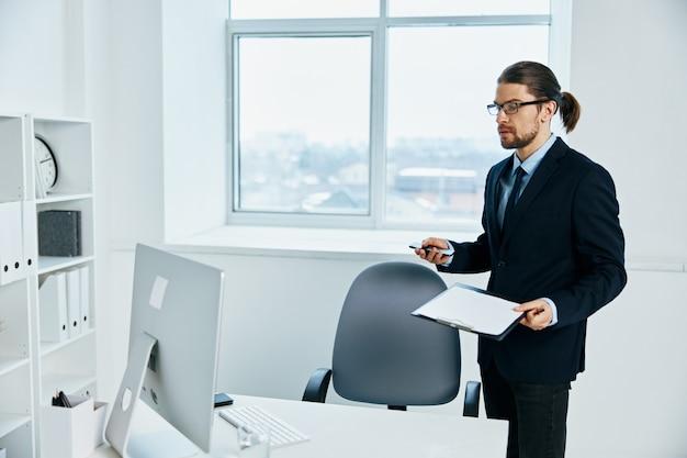 Gerente masculino cerca del estilo de vida del proceso de trabajo de escritorio