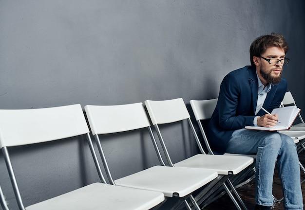 Gerente masculino sentado en una silla reanudar el espacio de copia de trabajo