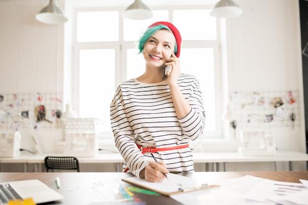 Gerente de moda femenina que trabaja en el taller