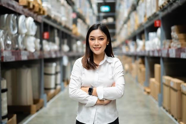 Gerente de mujer con los brazos cruzados en la tienda almacén