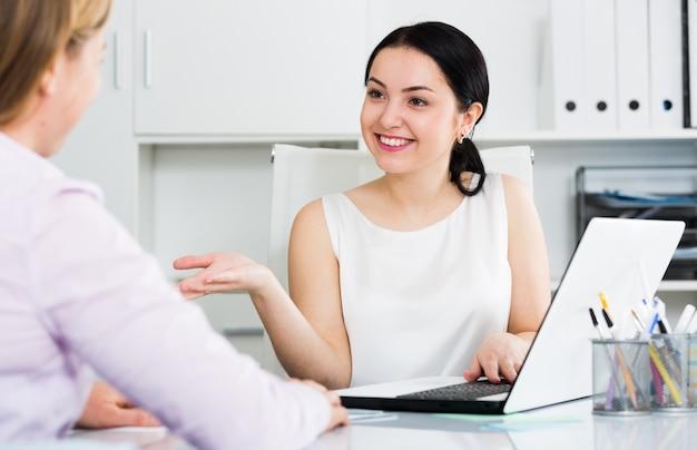 Gerente de mujer con el cliente