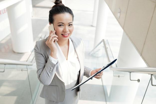Gerente de mujer hablando por teléfono