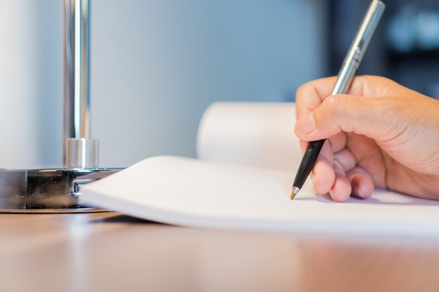 Gerente de mujer de negocios revisando y firmando solicitante llenando documentos informes documentos formulario de solicitud de empresa