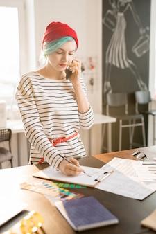 Gerente de mujer trabajando en el taller de moda