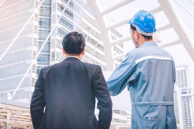 Gerente de negocios e ingeniero reunidos en el proyecto de construcción