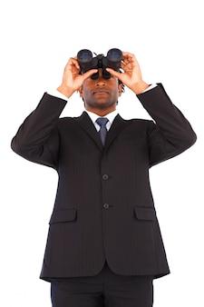 Gerente de negocios serio con binoculares