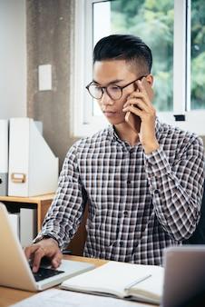 Gerente de oficina hablando por teléfono