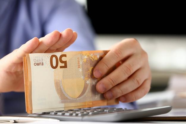 Gerente con el paquete de concepto de informe de presupuesto en euros