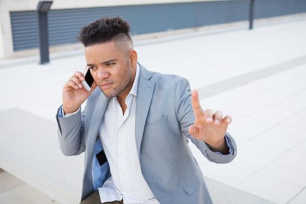 Gerente pensativo hablando con el cliente en el teléfono